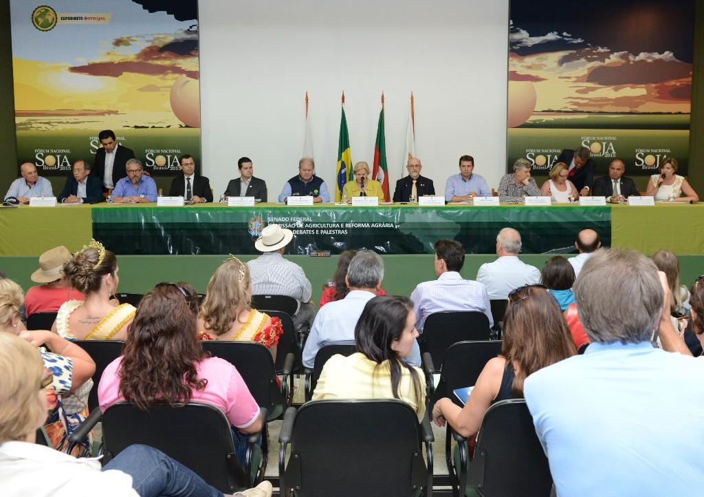 Emplacamento de máquinas agrícolas é discutido na Expodireto