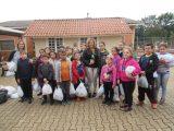 Crianças atendidas pela ASBAM entregam doações de roupas no CRAS