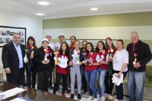 """Cooperativa Escolar Cooperabom distribui """"Goles de Afeto"""" à comunidade de Não-Me-Toque"""